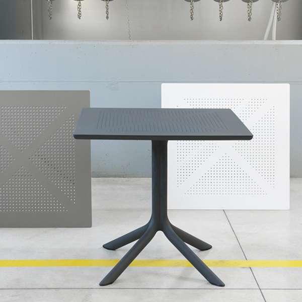 Petite table de jardin carrée en polypropylène - Clip | 4-pieds.com