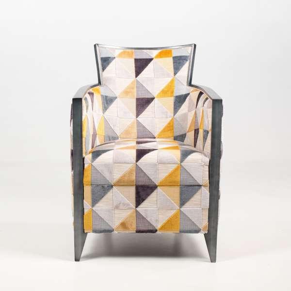 Fauteuil art déco fabriqué en France en tissu avec motifs triangulaires colorés et bois - Nathan - 4