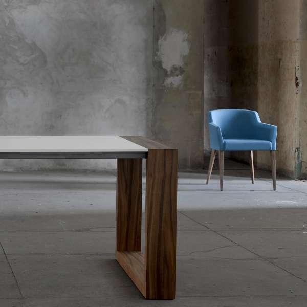 Fauteuil bleu électrique en tissu et pieds en bois gris - Colibri Mobitec. - 6