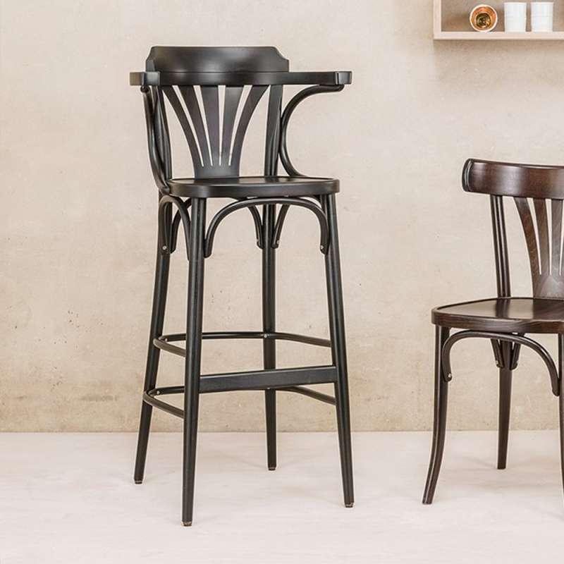 Cette Chaise Haute Bistrot Ambiance Brasserie Est Un Tabouret De Bar En Bois  De Hêtre Massif De Qualité. La Forme De Ce Tabouret Haut Avec Accoudoirs  Lui ...