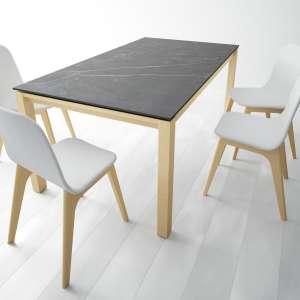 Table en Dekton Kelya extensible avec pieds en bois chauffé massif chaises Atlas - Lakera