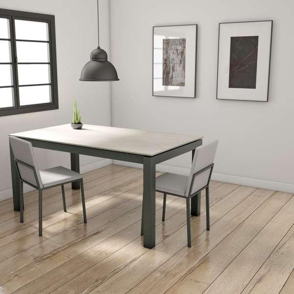 Table en Dekton blanc concrete rectangulaire avec pieds en métal bronzo avec chaises Ole - Lakera - 2