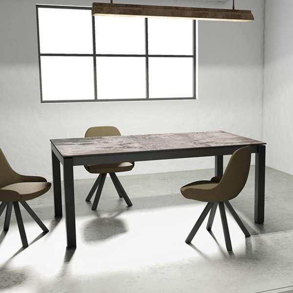 Table en Dekton Trilum gris rectangulaire avec pieds en métal anthracite avec fauteuils Aris - Lakera - 1