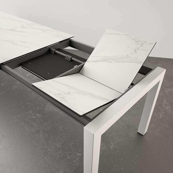Table en céramique blanche Calacatta et pieds métallique blancs - Tokio - 2