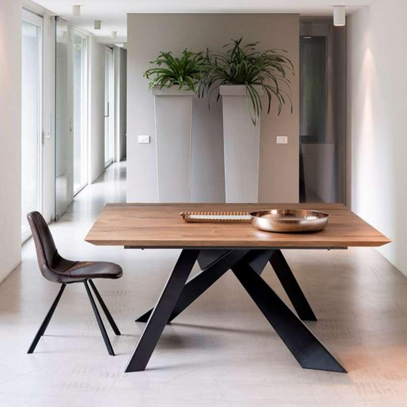 Table design carr e en bois massif avec pieds en m tal - Table design salle a manger ...