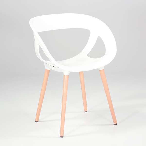 Fauteuil style scandinave coque ajourée en plastique blanc et pieds en bois - Moema - 4