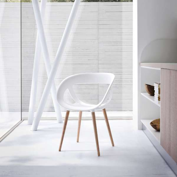 Fauteuil design italien coque ajourée en technopolymère blanc et pieds en bois - Moema - 1