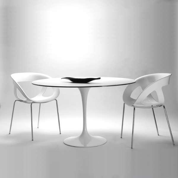 Fauteuil design italien empilable avec coque ajourée blanche et pieds en métal chromé Moema - 2