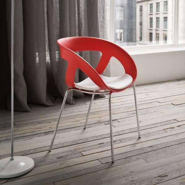 Fauteuil design italien empilable avec coque ajourée rouge et pieds en métal chromé Moema - 6