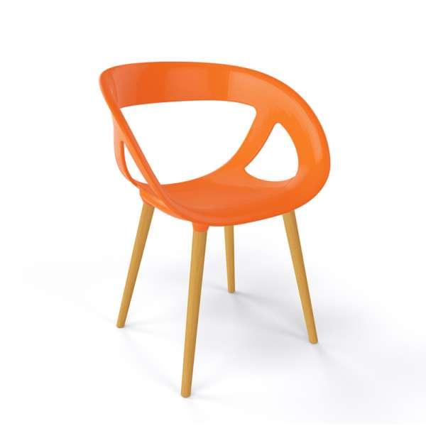 Fauteuil moderne coque en plastique orange et pieds en bois naturel - Moema - 17