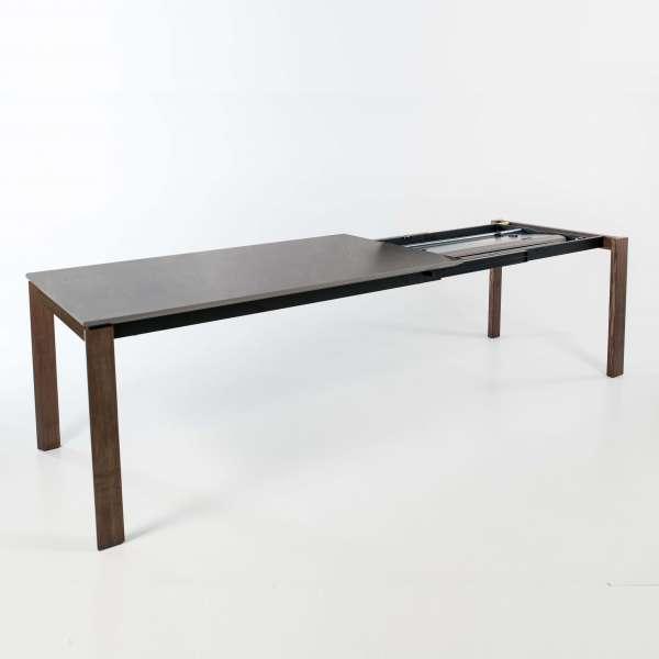 Table avec allonges en céramique grise tachetée et pieds en bois foncé - 3