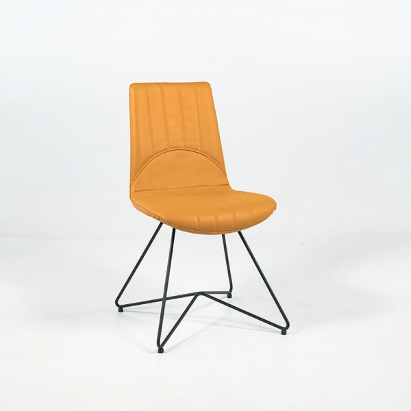 Chaise design vintage en cuir ocre et pieds en métal noir - Akita - 2