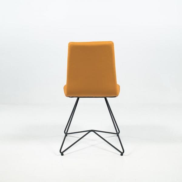 Chaise rétro design en cuir jaune orange et pieds en métal - Akita - 5