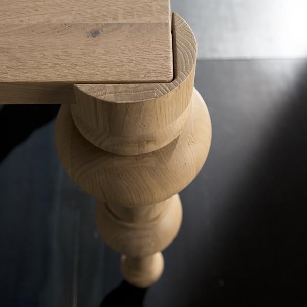 Table avec pieds moulés - 11.03 - 5