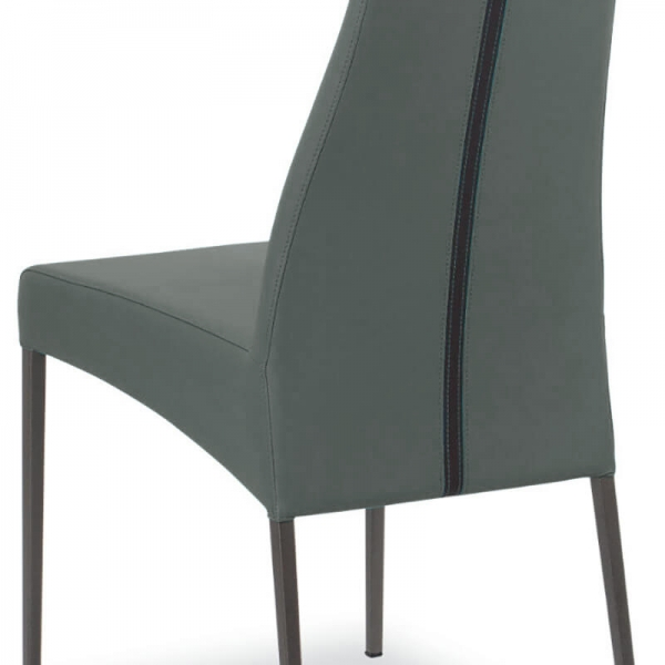 détail du dossier de la chaise en cuir - Carla - 5