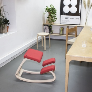 Chaise de bureau ergonomique à bascule en tissu rouge - Variable Varier®