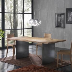 Table design industriel en bois massif avec pieds en métal - 14.11