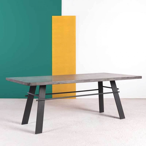 Table en béton ciré pieds métal made in France - Opale - 2