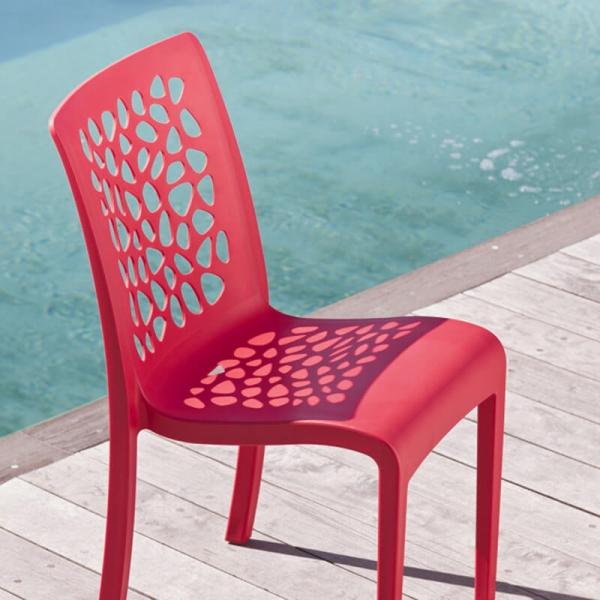 Chaise de terrasse en plastique rouge dossier ajouré made in France - Tulipe Grosfillex - 1