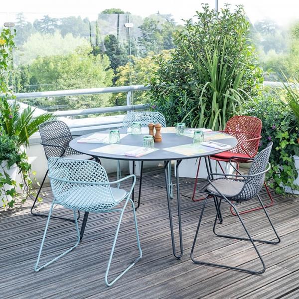 Chaise de jardin design avec accoudoirs et pieds traîneau - Ramatuelle Grosfillex - 1