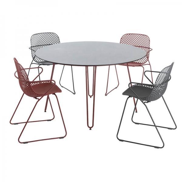 Table ronde design plateau noir et pieds épingle rouges - Ramatuelle Grosfillex - 10