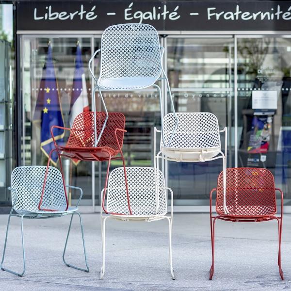 Chaise de jardin design avec accoudoirs et pieds traîneau - Ramatuelle Grosfillex - 4