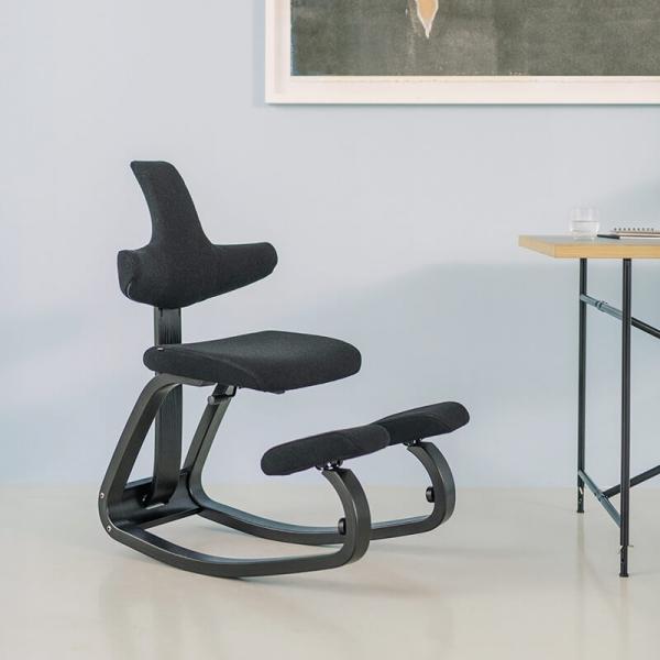 Chaise de bureau ergonomique à bascule en tissu et bois noire - ThatSit Varier® - 1