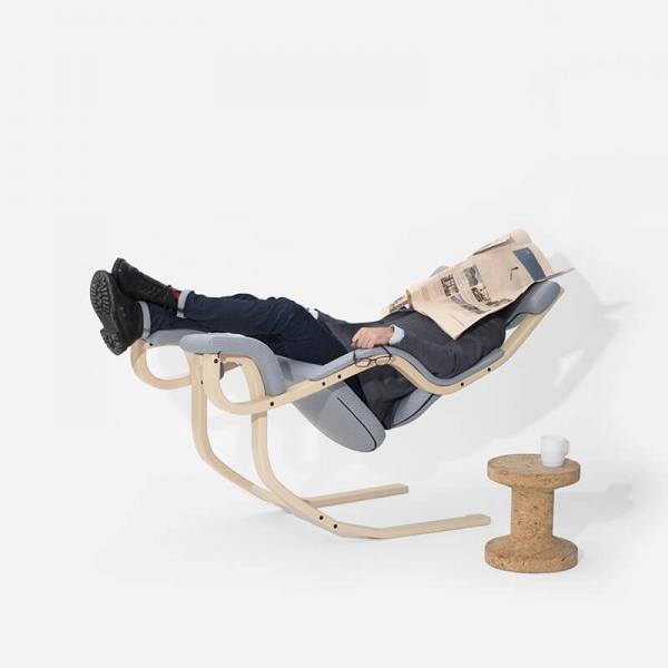 Fauteuil de relaxation en tissu bleu ciel et bois - Gravity Varier® - 11