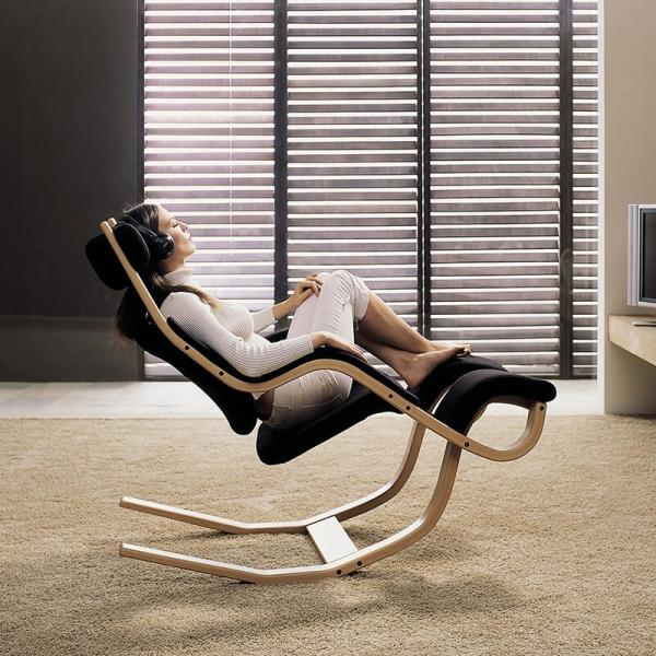 Fauteuil de relaxation en tissu noir et bois - Gravity Varier® - 8