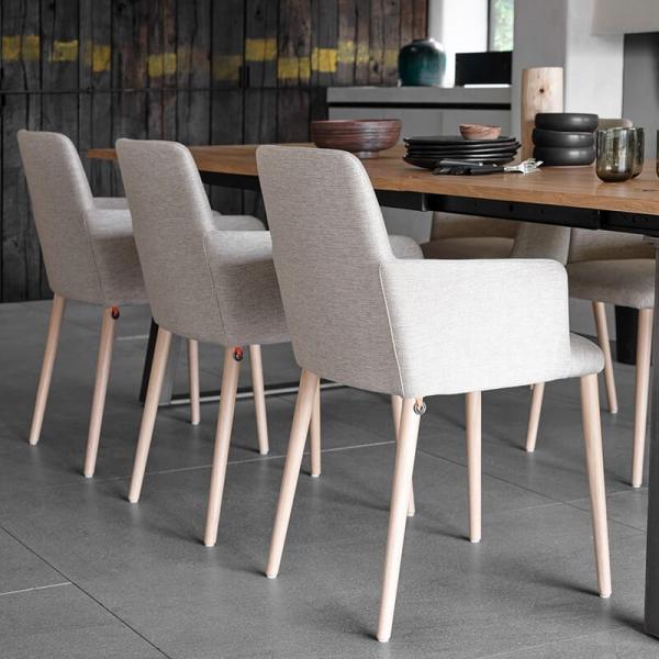 Fauteuil de salle à manger cocooning en tissu gris clair et pieds bois - Rob Mobitec - 2