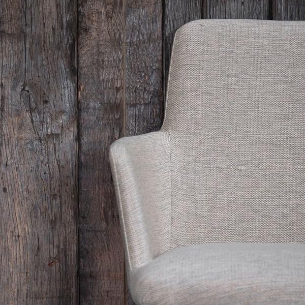 Fauteuil en tissu gris clair et pieds en bois massif - Rob Mobitec - 3