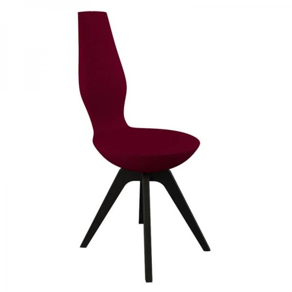 Chaise design rouge avec pieds en bois noirs - 17