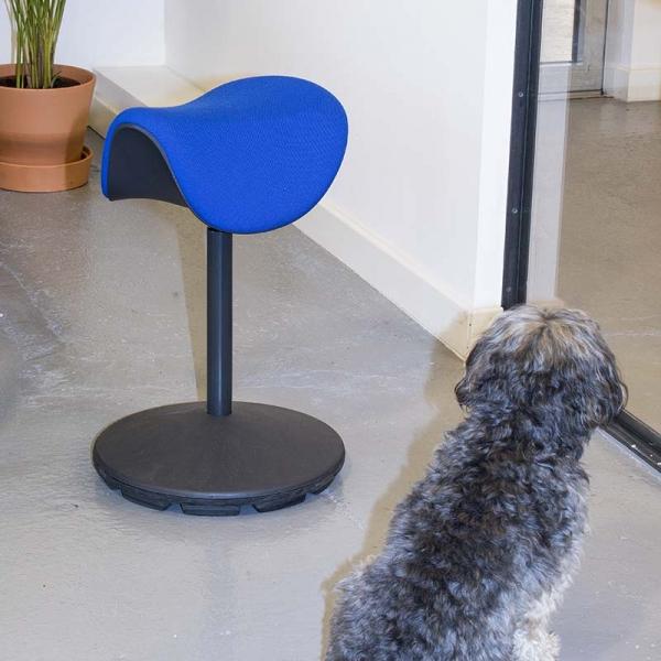 Tabouret style nordique ergonomique et réglable en hauteur en tissu bleu – Motion Varier® - 7