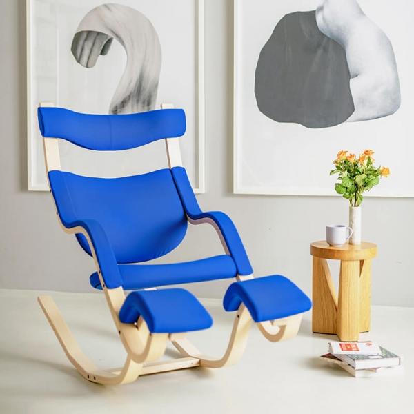 Fauteuil de relaxation en tissu bleu et bois naturel - Gravity Varier® - 1