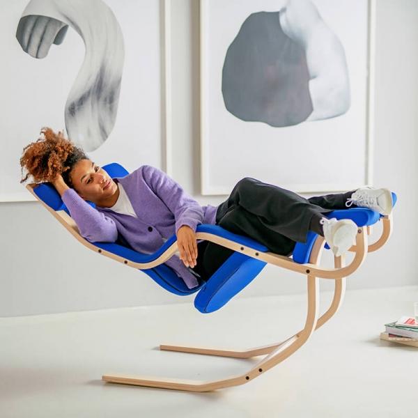 Fauteuil ergonomique en tissu bleu et bois naturel- Gravity Varier® - 2
