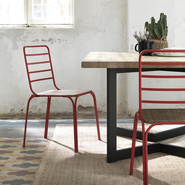 Chaise vintage à barreaux en métal rouge et assise bois - Nantes - 1