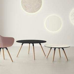 Table ronde en céramique avec pieds en bois